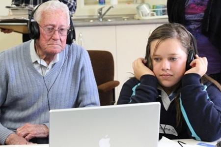A Victorian student listens to one veteran's story image
