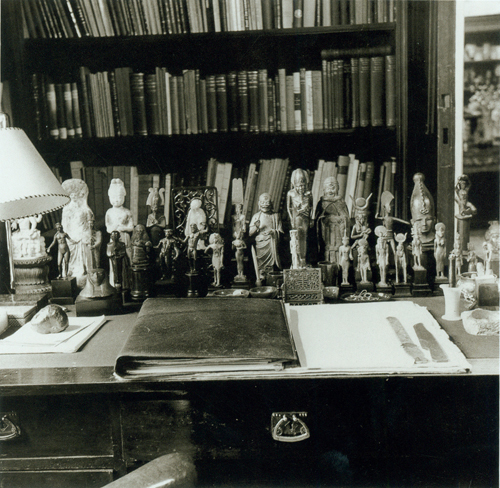 The writing arrangement in Freud's study; desk with antiquities 1938 image