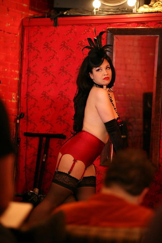 NY Model Scarlet Sinclair poses for Dr Sketchys image